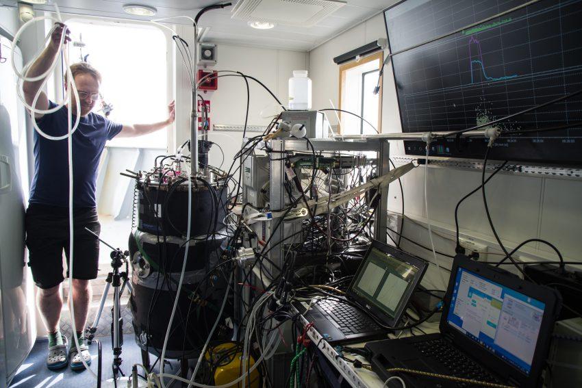 Sea spray simulation tank and aerosol sampling on RV Elektra